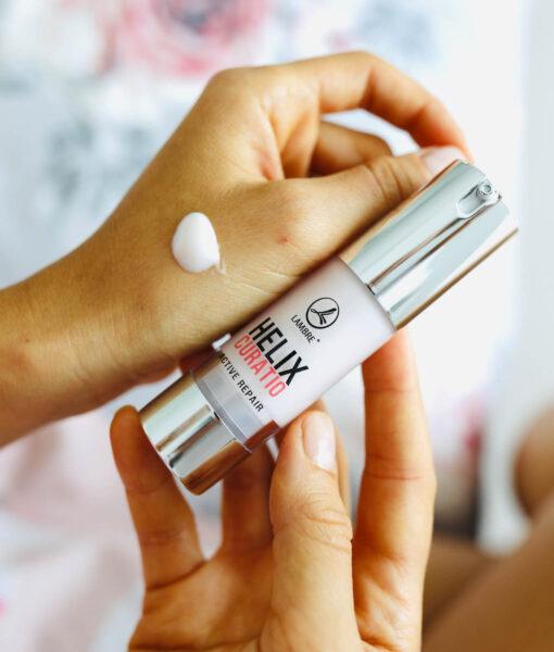 Serul HELIX CURATIO este un produs revolutionar, unisex, creat pe baza de extract din secretie de melc. Acest ser este destinat ingrijirii tuturor tipurilor de ten, insa in mod special tenului matur, obosit, stresat, deshidratat, acneic, respectiv tenului care prezinta semne de imbatranire prematura.
